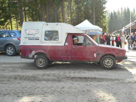 ...ja televisiosta tuttu Pirunpellon Asserin sika-auto.