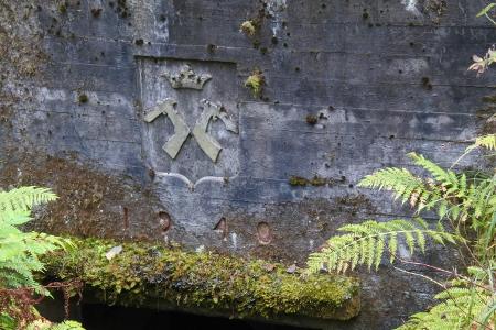 Karjalan vaakuna löytyy vain Rutolan linnoituslaitteista. Kuvan vaakuna ja vuosiluku ovat konekiväärikorsun oviaukon päältä.
