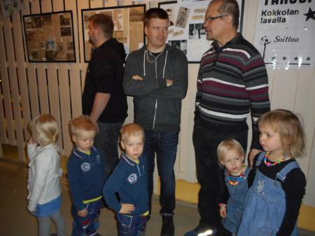 Tässä Tuomo Torkkeli kolmosineen ja Anssi Lind tyttärineen.