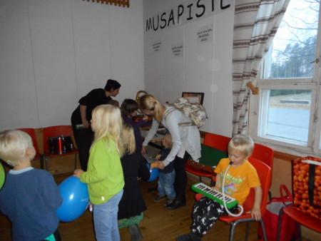 Oli myös Musapiste, missä sai kokeilla erilaisia soittimia.