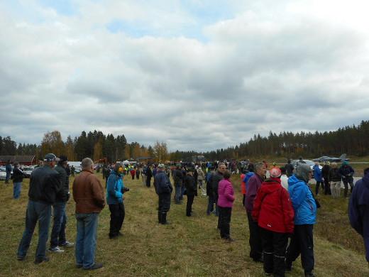 Väki kerääntyi katsomaan Suomen ja Ruotsin ilmavoimien lentoharjoitusta Heinolaan.