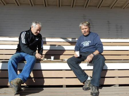 """Tässä """"työmaaruokailuun"""" olivat poikenneet kaksi Järvimiestä, Aimo (vas) ja Seppo."""