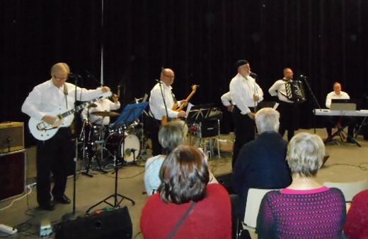 Lisätuoleja piti laittaa lähes Muistelo-orkesterin esiintymispaikalle asti, lisäksi ravintolasalin puolellekin!