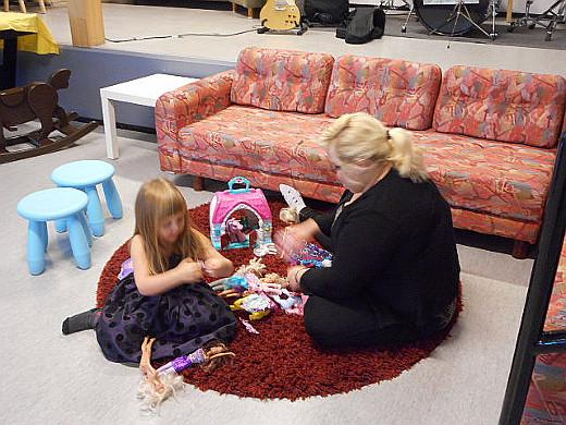 kerhoa Morovan suuressa salissa pitivät keskenään ainakin aluksi Jenni Jussila ja tytär Ella 4v.