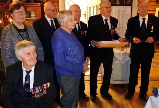 Palkinnon kävivät noutamassa Väinö Tölski (edessä), Sirkka Kuitto (vas.), Pennti Lensu, Anni Vainikka, Unto Hakuli, Unto Nikunen, ja Pauli Haiko.