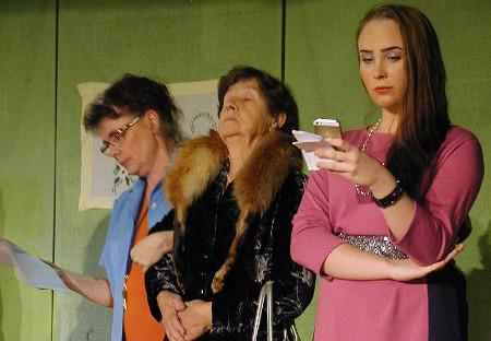 Noora Tynkkynen (oik.) esittää tytärtä, joka tuo Käpyhoviin isoäitinsä (Aira Grén). Talon uutta johtajaa esittää Maija Hyväri.