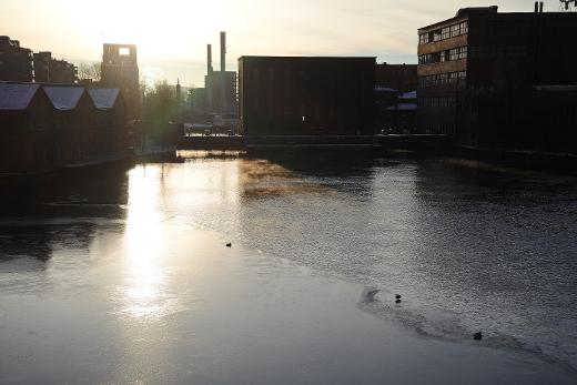 Lahnajärvi on jo jään peitossa, mutta Tammerkoski se virtaa vain. Tai ainakin sunnuntaina virtasi.