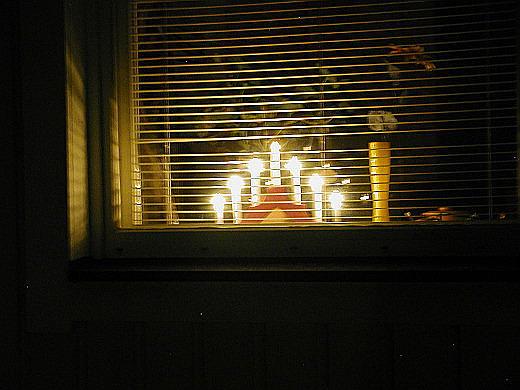 Ikkunoista on kiva kurkkia. Jos et ole tonttu, kurki vain omista ikkunoistasi!
