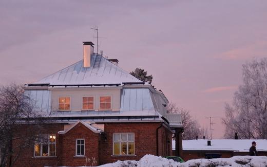 Joulun punaa taivaalla, kultaa ikkunoissa.