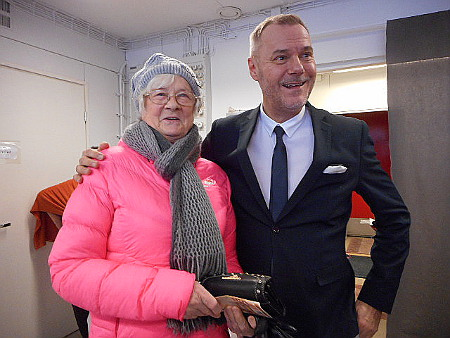 Hely Hyrkkänen pääsi myös kuvaan Jaakko Selinin kanssa, ostoksiakin taisi tulla tehtyä.