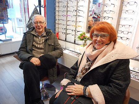 Avajaiskahvilla olivat myös Lauri Kaupp ja Anneli Jaakkola, jota ajatellen Selin oli tuonut Italiasta ihanan turkoosin vaatteen.