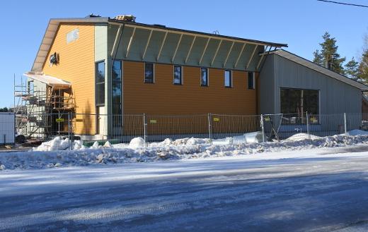 Uuden koulun korkea osa on nyt Juvolantien varressa. Liikuntasalin vieressä ruokala.