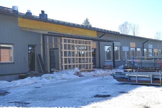 Käynti keittiöön on uudessakin koulussa lämpökeskuksen puolella.