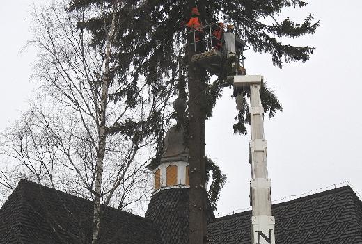 Oksat tipahtelivat tiuhaan tahtiin kirkon kattoa korkeammalta.