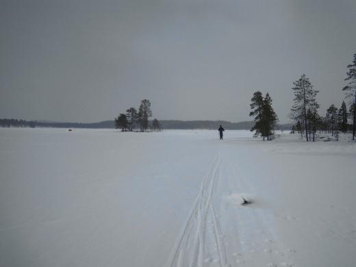 Pielpajärven latu oli kuitenkin maanantaiaamuna uuden lumen myötä aavistuksen verran nihkeä.