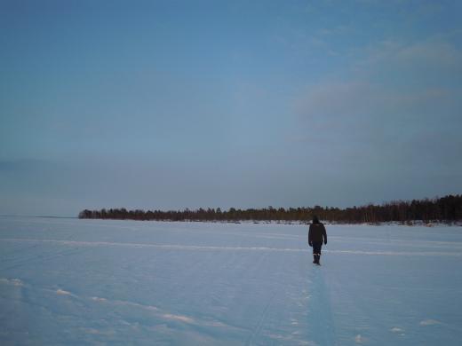 Aurinkoa riitti myöhään iltaan - ja järvenjäätä käveltäväksi.