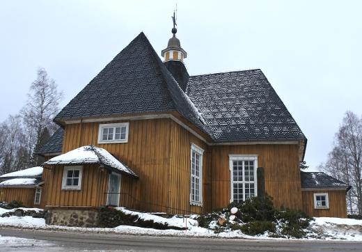 Kirkon seiniä ovat lianneet vanhat kuuset, jotka kaadettiin maaliskuussa.