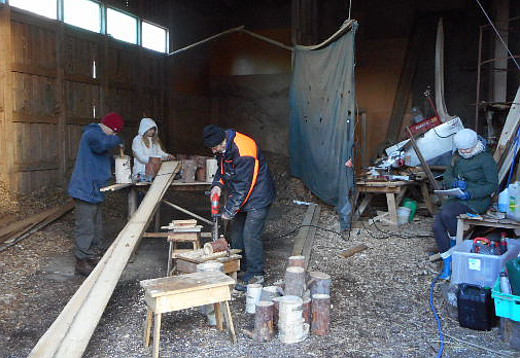 Yrjö Hyrkkäsen lahjoittamiin aihioihin soviteltiin pohjia ja kairattiin suuaukkoja, joita sitten siistittiin vielä puukolla ja raspilla.