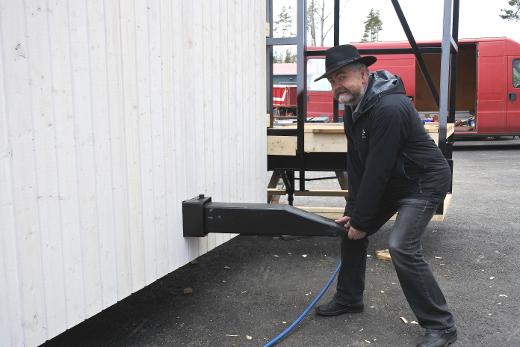 Lava tuodaan touko-kesäkuun vaihteessa Lemille traktorin vetämänä. Sitä varten lavassa on sisäärakennettu vetokoukku ja alla pyörät. Juha Junnosen voimin se ei siirtynyt paikoiltaan.