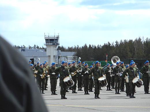 Vaikka varsinainen ohjelma päättyikin siihen, niin upea sotilassoittokunnan kuviomarssimusiikki jäi vielä kaikumaan korviin.