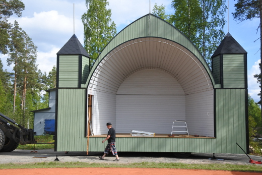 Lava pystytettiin paikalleen urheilukentän laitaan viime viikolla.