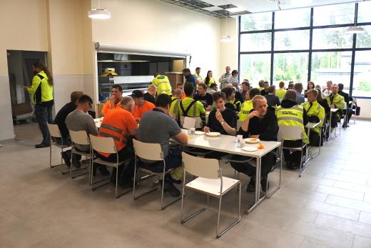 Tiistaina rakentajat kokoontuivat koulun ruokalaan harjannostajaisiin, Kuva: Pentti Pitkänen.