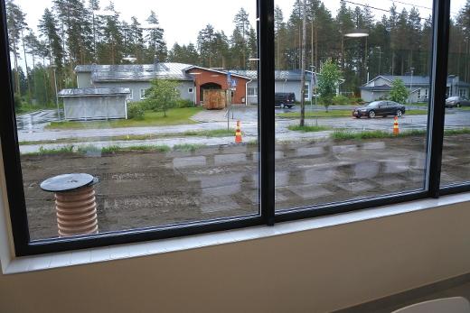 Ikkunan takana näkyy päiväkoti.