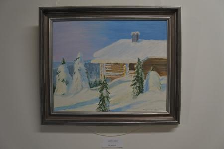 Yläkerran kulmahuoneessa on esillä Heikki Kivisen maalaamia maisemia.