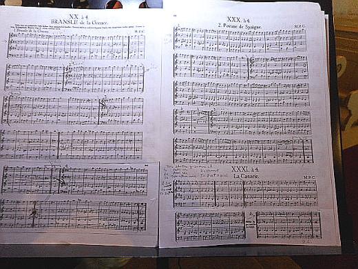 Tässä vielä kuva viulistin nuottikirjasta - sormi menee suuhun jo katsellessa!