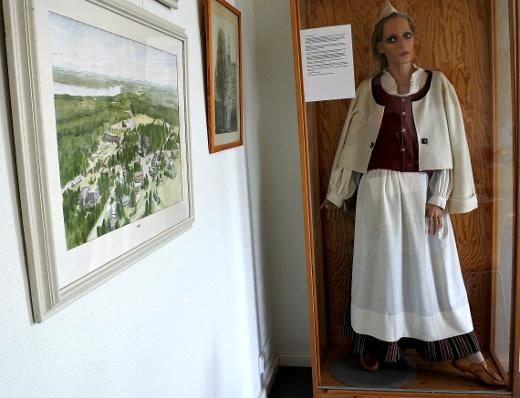 Eukkomamma kävi Vanhassa pappilassa, missä kahvihuoneen nurkassa on esillä Liisa Haikon ompelema naisen puku.