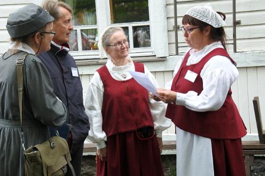 Myös Lemi on esillä Säkkijärvi-juhlissa: Päivi Kautto (vas.) ja Jarmo Tölski opastivat Itsenäisyyden polulla. Heli Sairanen ja Ritva Laurikainen valmistautuivat pukuesittelyyn.
