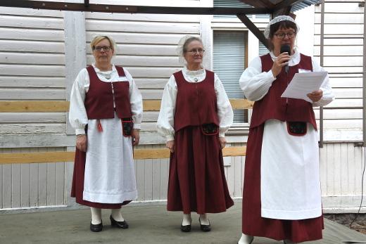 Tarja Husu-Tuuliaisella (vas.) ja Ritva Laurikaisella oli käytössä esiliina, Heli Sairanen oli sen juhlapäivänä jättänyt kotiin.