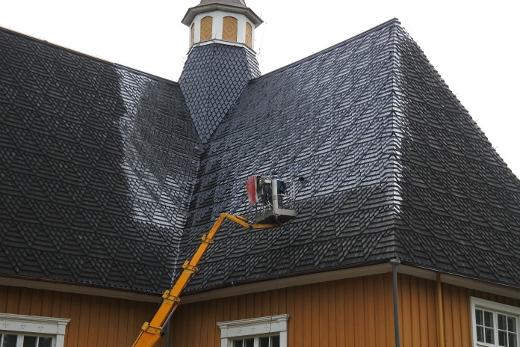 Kirkon katto saa uuden tervapinnan. Edellisestä tervauksesta ehti kulua kymmenen vuotta.