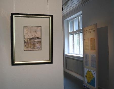 Tuuliaisen työt ovat esillä alakerran isossa salissa. Nurkkahuoneesta näkyy Säkkijärvi-lehden juhlanäyttely.