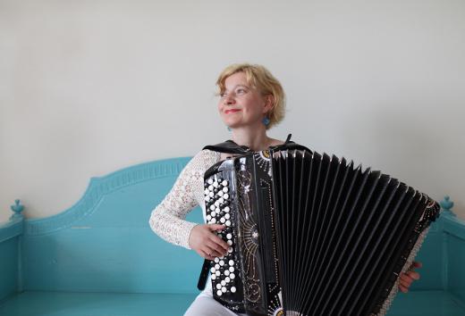 Maria Kalaniemen harmonikkaa kuullaan Lemin kirkossa viikon päästä perjantaina. Kuva Elina Brotherus.