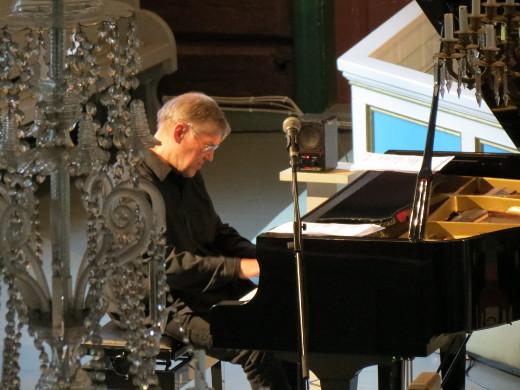 Piano vuorostaan vaikersi ja venytteli kohta pikkusen selkävaivaisena.