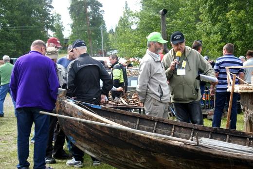 Tuomo Mäkelä oli tuonut nähtäväksi uitosssa käytettyjä esineitä. Niiden nimistä ja käyttötarkoituksista kyseli Juha Junnonen paikalla olevien ja Kotiseuturadion kuuntelijoiden valistukseksi.