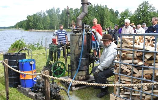 Timo Lehmusen vanha ruotsalainen höyrykone puksutti ihmettelyn aihetta koko päivän ajan.