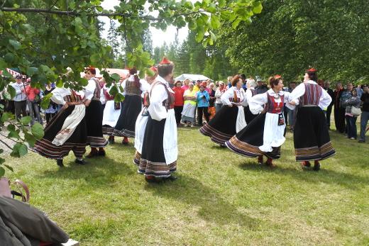 Aste Antsakadad -tanssi- ja lauluryhmä Viron Saarenmaalta ihastutti asuillaan ja esityksillään, joihin he tempaisivat mukaan lemiläisiäkin.