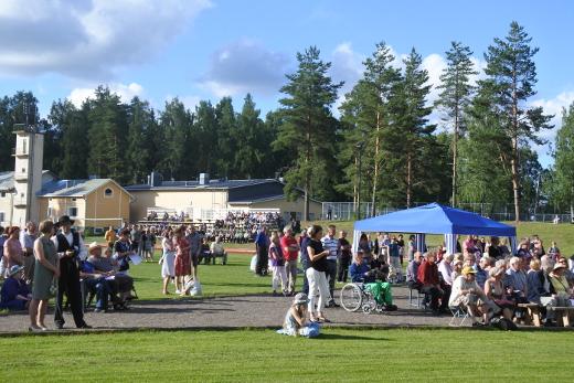 Tapahtuma kokosi aurinkoiselle urheilukentälle 500-600 hengen yleisön. Noin 150 nimen Niina Keitel lauloi lahjoittajien ja talkooväen laulussa Kesäillan valssin sävelin.