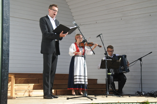 Matti Pulkki ja Mari Junnonen säestivät Jouni Kokoraa, joka myös johdatti yleisön yhteislauluihin.