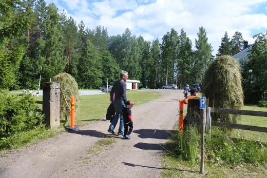 Heinäseipäät ja poutapilvet tervehtivät tulijoita Kotalahden leirikeskuksen avointen ovien päivänä torstaina iltapäivällä.