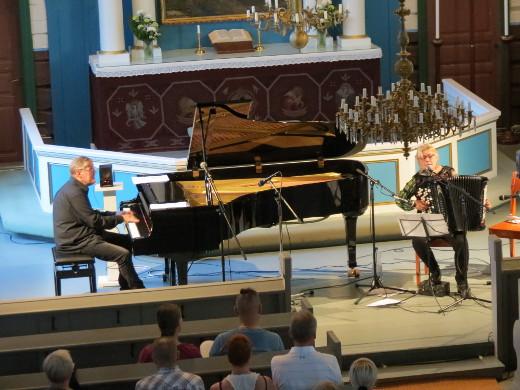 Tänä vuonna juhlilla esiintyi kansanmusiikki-duo Maria Kalaniemi & Timo Alakotila.