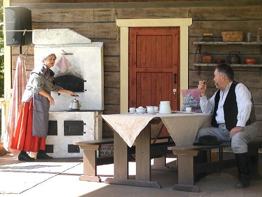 Jaana Mentula esittää Antin äitiä Iidaa, Juhani Loukkola isää Villeä.
