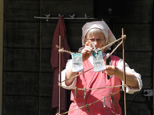 Ristniemen apulaisen Hilman (Lilja Lind) tehtäviin kuului myös Antin lompakossa kastuneiden rahojen kuivaaminen.
