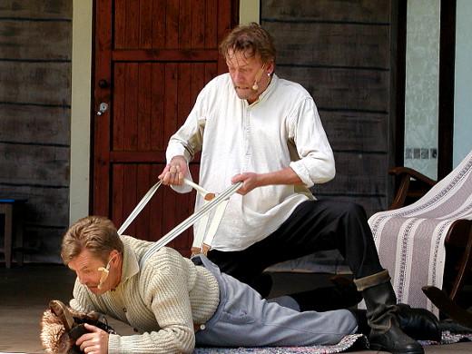 Antti näyttää naapurin isännän (Tarmo Kauppi) avulla, miten pelasti hevosensa jäistä.