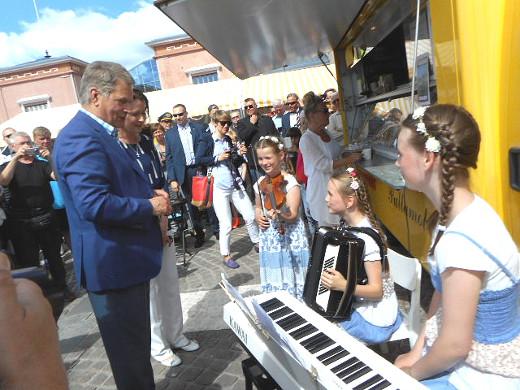 Torille saapuivat myös presidenttipari ja nuoret soittajatytöt.