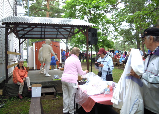 Lauantain toripäivää vietettiin aluksi poutasäässä, mutta kun Päkä ja Mäkä aloittivat jumppatuokionsa, arpakauppiaat olivat jo joutuneet peittämään palkintopöytänsä.