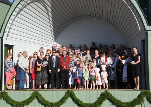 Juhlan päätteeksi kokeiltiin, kuinka monta laulajaa lavalle mahtuu. Karjalaisten laulu kajahti 93 suusta lavalla ja monesta sadasta suusta kentällä.