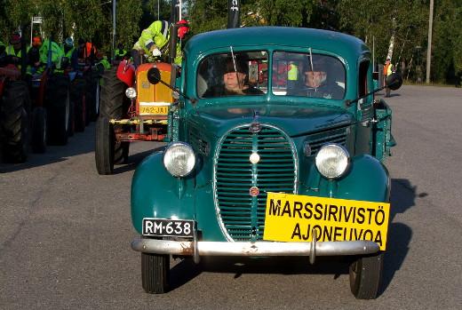 Moottorimarssin johtoautoa ajoi Heikki Räipiö, apukuskina Leena Kautto.